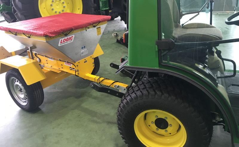 Zoutstrooier-achter-tractor
